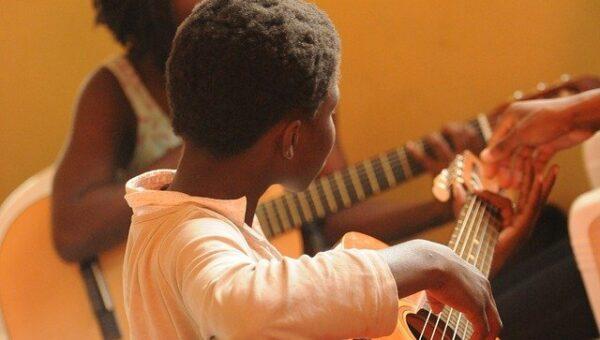 Zajęcia muzyczne i artystyczne w szkole – rola i wpływ na rozwój dzieci
